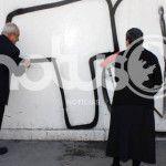 Grafitean Catedral; Obispo condena hechos y se pone a despintar