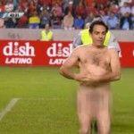 Eugenio Derbez entra corriendo desnudo en una cancha de futbol