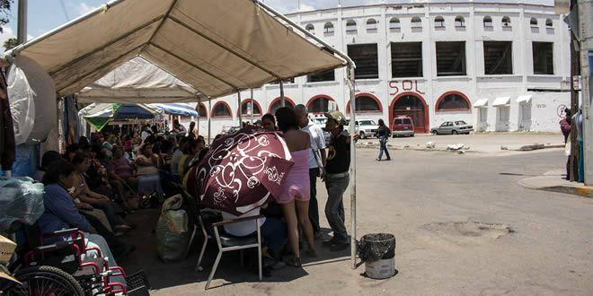 Photo of Pese a las altas temperaturas personas esperan a las afueras del Hospital General