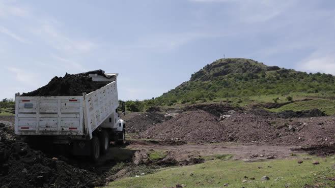 """Photo of Faldas del simbólico Cerro de Bernalejo o """"Piloncillo"""" sirve como tiradero de escombro"""
