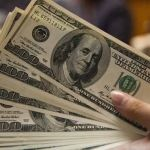 El dólar inicia en 17.24 pesos en bancos
