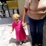 Muñeca camina de la mano de su dueña (Video)