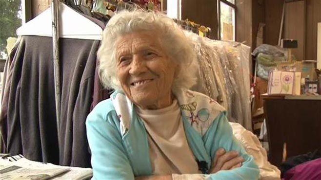 Photo of Ancianita de 100 años trabaja 11 horas diarias y es muy feliz