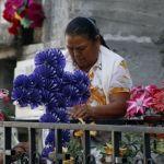 Flores, coronas y música en el panteón municipal