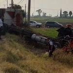 Torton intenta ganarle el paso al tren; chofer resulta gravemente herido