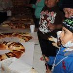 Disfrutan familias neo-poblanas tradicional Rosca de Reyes