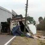 Trailero pierde la vida en accidente; hay dos lesionados