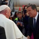 Miguel Márquez Márquez estrecha la mano del Papa Francisco