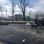 Caen tres espectaculares en Toluca, uno de ellos aplastó dos autos en circulación