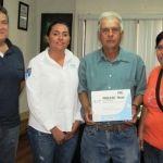 Alcalde de Huanímaro, apoya con enferma con maya proplene