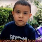 Tiene dos años, toca la batería y quiere ser músico de la banda El Recodo
