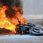 Arde en fuego motocicleta; un herido