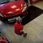 Anciana ebria choca contra tienda y arrolla a niño