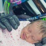 Bebé sonríe al sentir los guantes de su padre fallecido