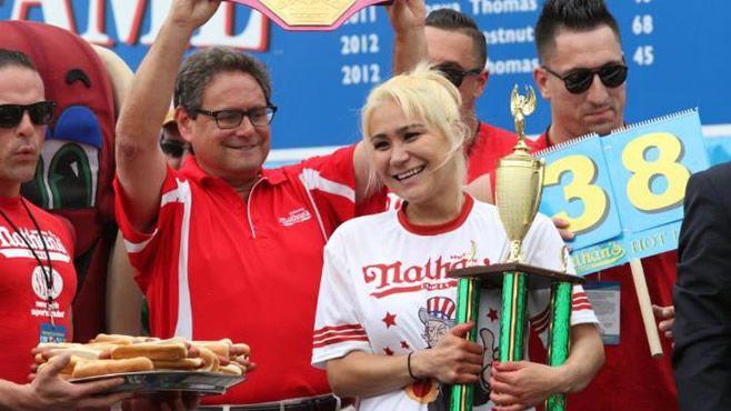 Photo of En 10 minutos comió 38 hot dogs (Video)