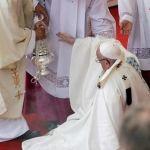 """""""Miraba a la Virgen y me olvidé del escalón"""", dijo el Papa sobre su caída"""