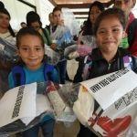 Entrega alcalde útiles escolares a estudiantes afectados por lluvias