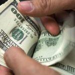 Dólar baja a 18.85 pesos en bancos