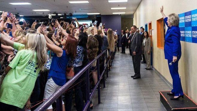 Hillary Clinton se vuelve viral por participar en una masiva selfie