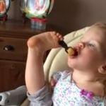 Conoce el conmovedor video de la bebé que come con los pies