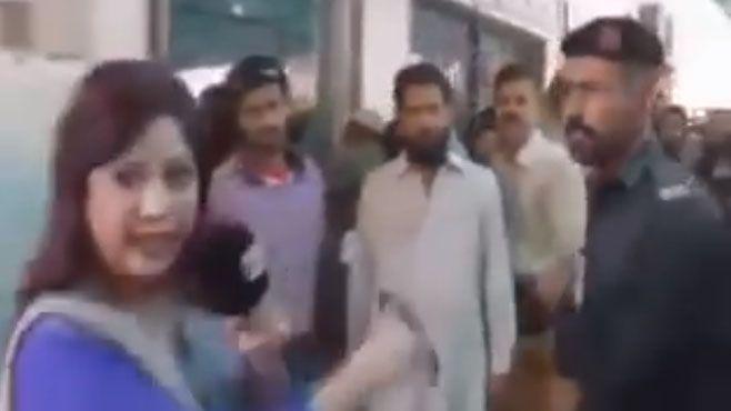 Photo of Policía agrede a periodista durante transmisión en vivo en Pakistán