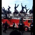 Se lesionan al caer 19 bomberos durante el desfile de la Revolución
