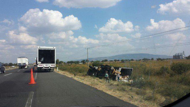 Photo of Dormita y se vuelca en su camión, en Pénjamo