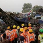 Se descarrila tren en India; al menos 120 muertos