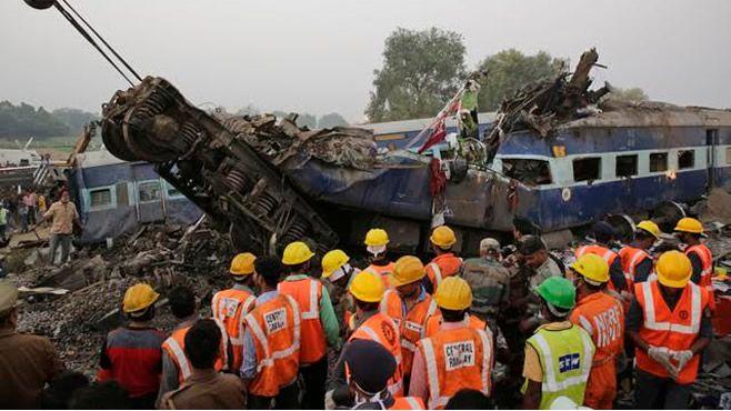Descarrilamiento de tren dejó más de 100 muertos — India