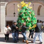 Exponen en Presidencia tradicionales piñatas de navidad