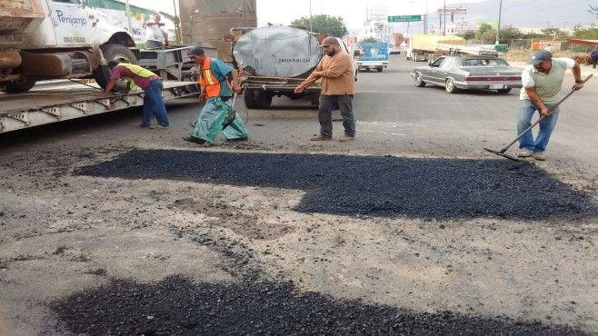 Photo of Mejores caminos para Pénjamo, continúa bacheo y colocación de topes