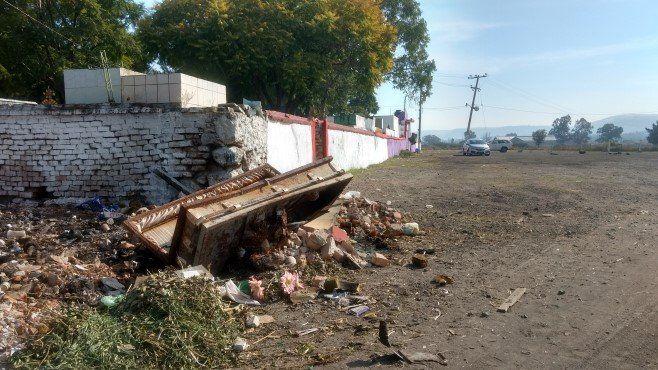 "Photo of Tiran ataúdes afuera del panteón de Abasolo ""porque es basura"""