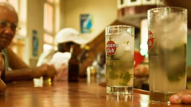 Photo of Cien años de alcohol… Cuba propone pagar la deuda a República Checa ¡a cambio de ron!
