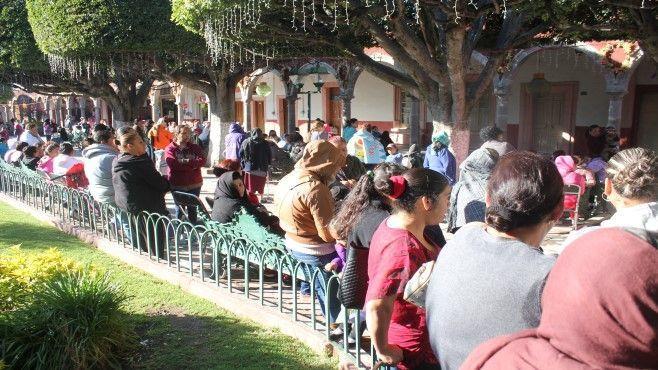 Photo of Reciben familias neopoblanas apoyos Prospera 2017