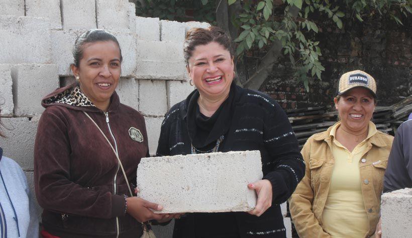 Photo of Entrega alcaldesa 1590 blocks de cemento, en beneficio de los neopoblanos