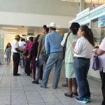 Adultos mayores hacen largas filas para surtir receta en el IMSS