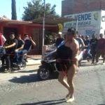 Hombre saquea comercio y lo exhiben desnudo