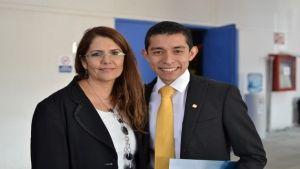 Edgar Eduardo Hernández, pasante de la Licenciatura en Enfermería y Obstetricia, Mtra. Esther Ureño; Luna (Custom)