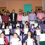 Entrega de becas a estudiantes de nivel primaria