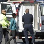 Detienen a una mujer por tratar de embestir a policías cerca del Capitolio en EU