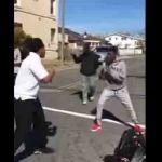 Se hace viral video de hombre parando pelea de adolescentes en EU
