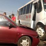 Conductor de auto se impacta contra un camión de pasajeros