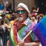 Muere creador de la bandera emblema de la comunidad gay