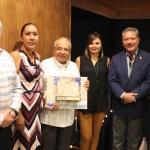 Ricardo Ortiz entrega reconocimiento al obispo emérito José de Jesús Martínez, luego de 13 años al frente de la diócesis que le tocó fundar