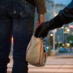Roban bolsa a mujer y los detiene la policía