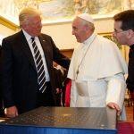 Papa Francisco lanza chiste durante encuentro con Trump