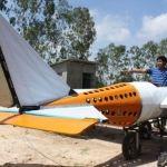 Un hombre construye un avión viendo tutoriales en YouTube