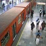 Muere hombre por sacar la cabeza del Metro en Cd. de México