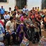 Apoyan a adultos mayores con despensas alimenticias