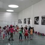 Mostrar trabajo de sus padres a niños y niñas meta de curso de verano de la SSC